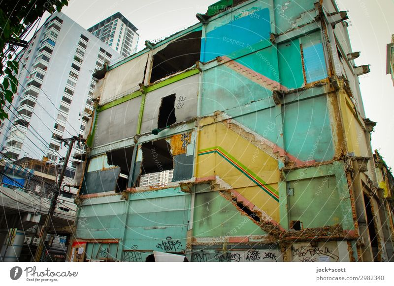weg & hin vom Haus in Bangkok Stadtentwicklung Stadtzentrum Ruine Stadthaus Wand Demontage authentisch groß kaputt Stimmung Endzeitstimmung Verfall