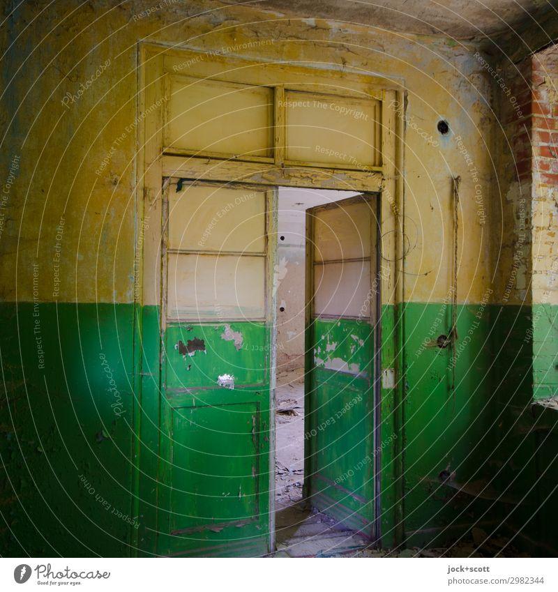 unvergänglich vor und hinter der Tür Heilstätte Wand Flur Holz Streifen dreckig historisch gelb grün Kreativität Qualität Stil Symmetrie Vergänglichkeit