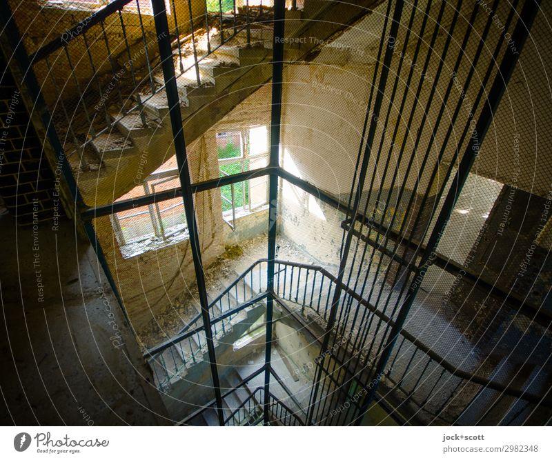 Schicht im Schacht Brandenburg Ruine Treppe Fenster Fahrstuhlschacht Treppenhaus Linie außergewöhnlich eckig historisch kaputt oben Stimmung Stil Verfall