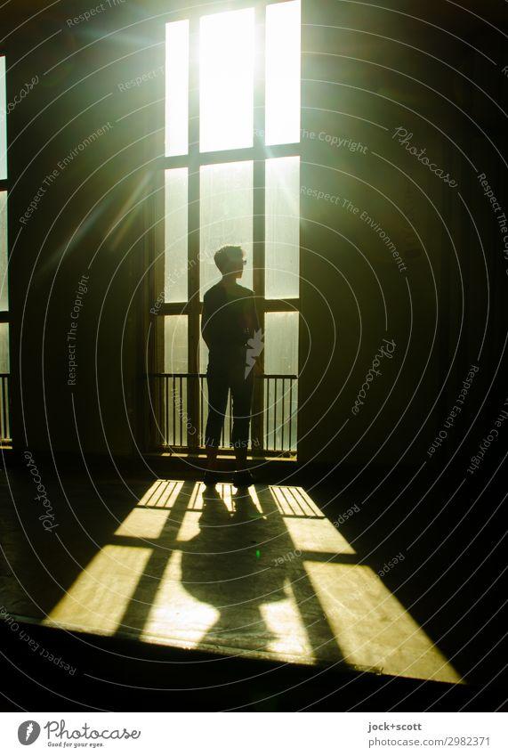 ultraviolett Frau Mensch Ferne Fenster Architektur Erwachsene Wärme Gefühle Stil Gebäude Zeit außergewöhnlich retro 45-60 Jahre Ordnung stehen