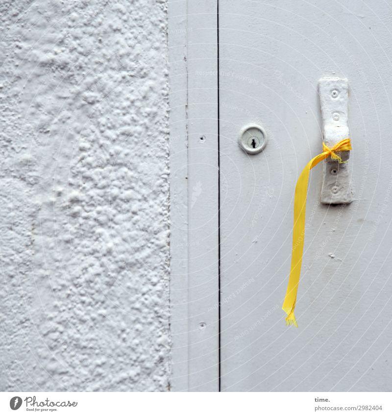 Patriotismus (II) Mauer Wand Tür Türschloss Griff Zeichen Linie Schnur Knoten Schleife hängen rebellisch gelb grau selbstbewußt Leidenschaft Solidarität