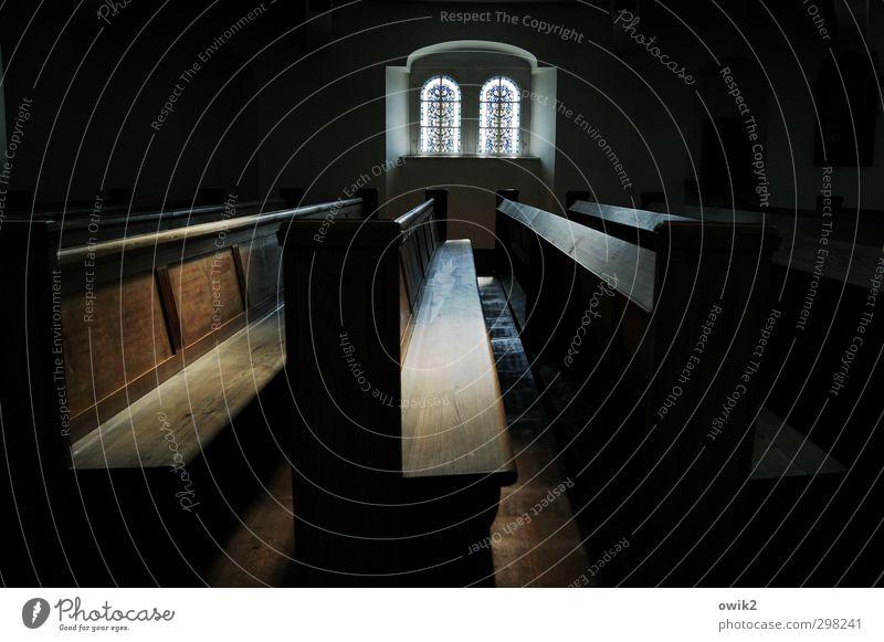 Dilemma Kirche Kirchenbank Gotteshäuser Christentum Protestantismus Kirchenfenster dunkel eckig einfach groß trist blau braun schwarz ruhig standhaft