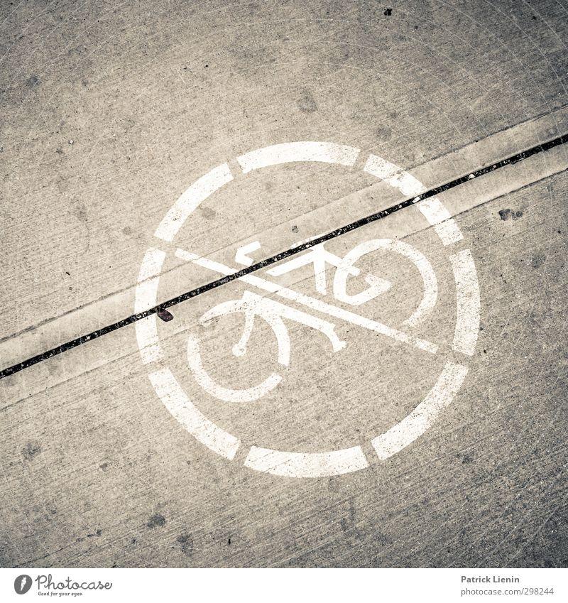 No way Stadt Verkehr Verkehrsmittel Verkehrswege Personenverkehr Fahrradfahren rebellisch Schwarzweißfoto Außenaufnahme Tag Licht Kontrast Zentralperspektive