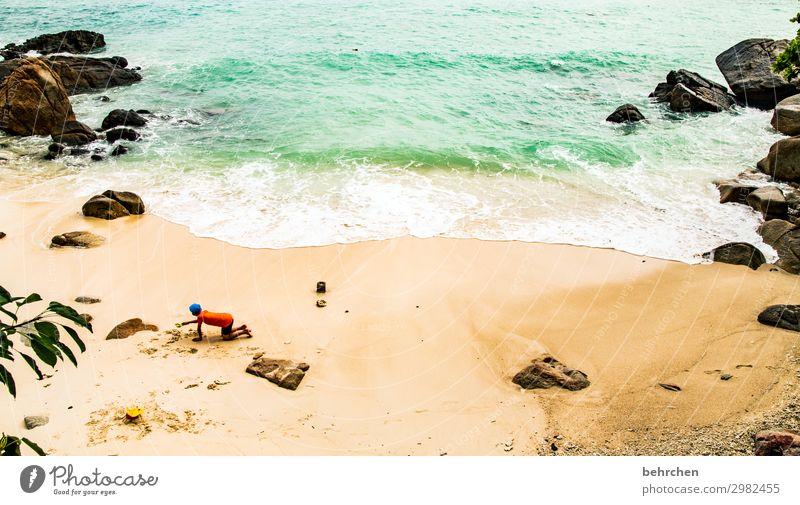 am meer sein Strand Sand Meer Küste Sonne Sonnenlicht Kontrast Licht Tag Außenaufnahme Farbfoto Felsen genießen träumen Paradies Trauminsel Wellen exotisch