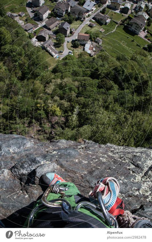 Immer an der Wand lang | bis nach oben Felsen Alpen Gipfel Tapferkeit selbstbewußt Erfolg Kraft Willensstärke Mut Tatkraft Angst Entsetzen Todesangst Höhenangst