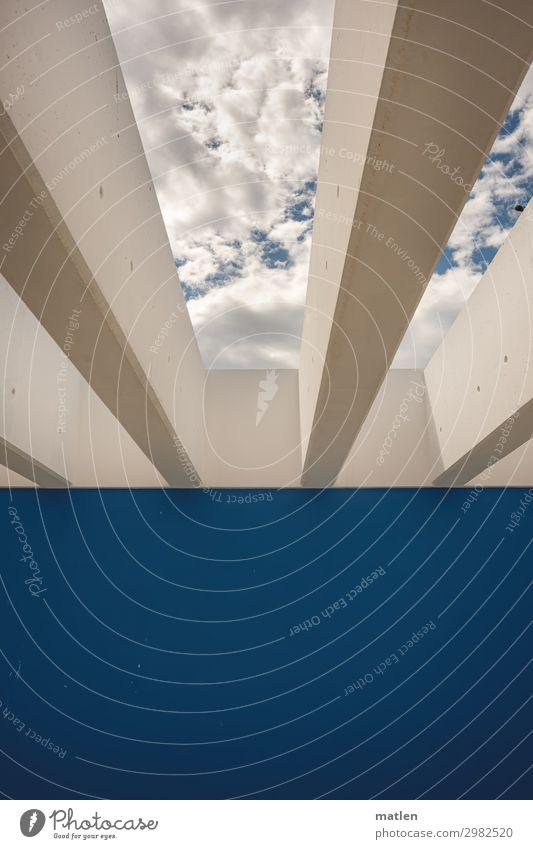 Durchblick Menschenleer Mauer Wand Dach blau weiß Himmel Wolken Beton Strebe neutral zweifarbig Farbfoto Außenaufnahme abstrakt Muster Textfreiraum unten Tag