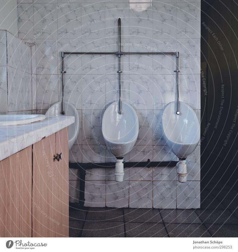 3 Mauer Wand alt außergewöhnlich hässlich Toilette Pissoir Bad Männersache historisch urinieren Becken Porzellan Waschbecken ausdruckslos trist lustig ausleeren