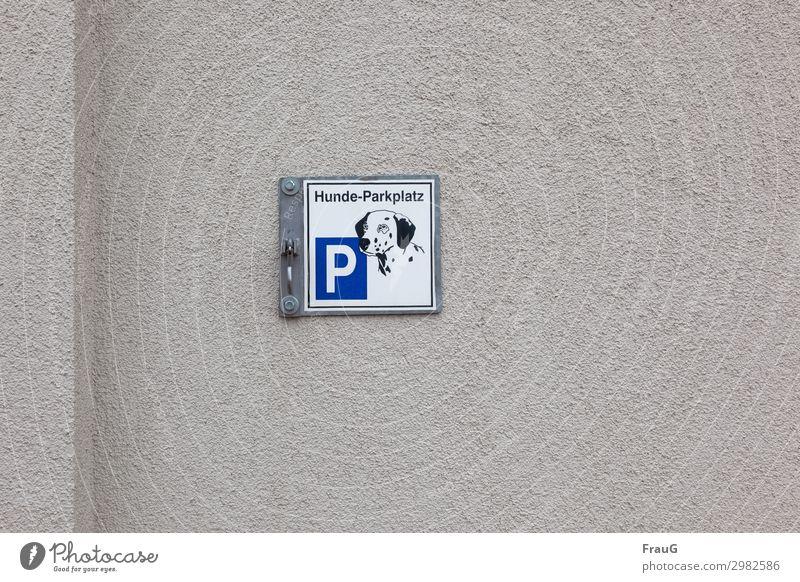 wörtlich genommen | Hunde-Parkplatz Mauer Wand Putz Fassade Schild Gebäude Schilder & Markierungen Hinweisschild Haken Hundebild parken Kante Mauervorsprung