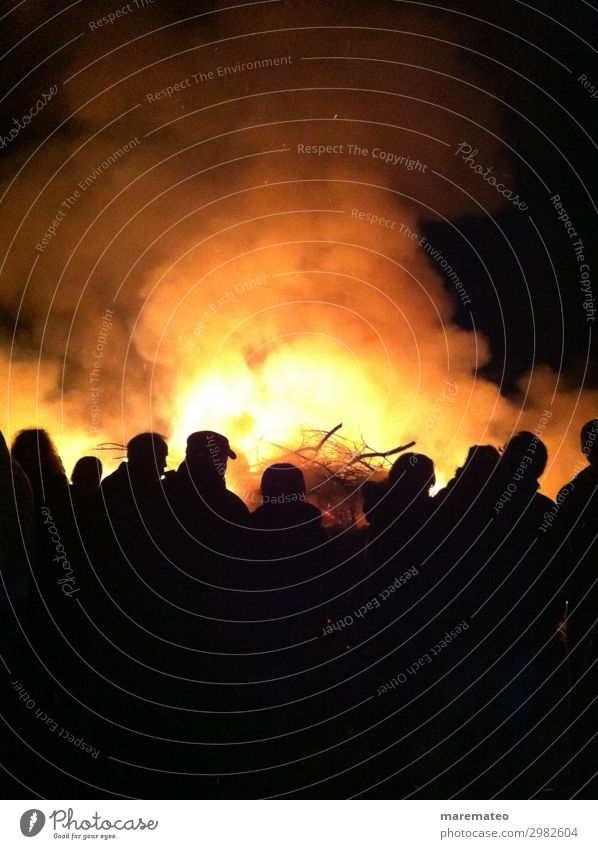 Osterfeuer Abenteuer Freiheit Veranstaltung Feste & Feiern Ostern Mensch Menschengruppe Frühling dunkel Zusammensein heiß gelb gold orange schwarz Freude