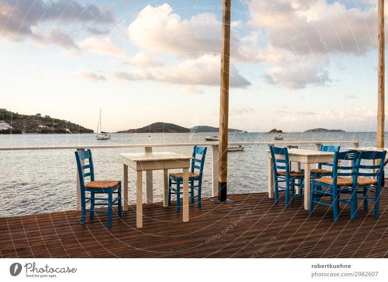 Leere Tische in einem Restaurant am Meer Himmel Ferien & Urlaub & Reisen Sommer blau Erholung Wolken Tourismus braun Horizont Europa Insel Stuhl Sommerurlaub