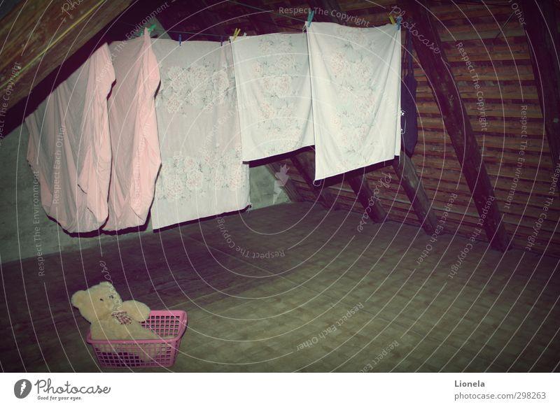 Vergessen Dachboden Teddybär alt dunkel gruselig rosa Stimmung Tapferkeit Verschwiegenheit ruhig authentisch Hoffnung Glaube träumen Trauer Sehnsucht Heimweh