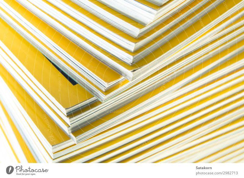Stapel gelber Monatsmagazine lesen Buch Bibliothek Papier Sammlung weiß Farbe Magazin monatlich Anhäufung Hintergrund Bildung Presse Problem Journalismus