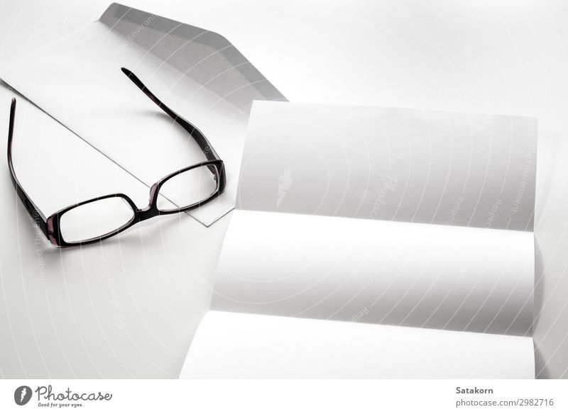 Briefpapier und Umschlag mit Brille Büro Business Papier schreiben weiß Kuvert blanko Objektfotografie Vorlage Hintergrund Schriftstück Prospekt Kulisse