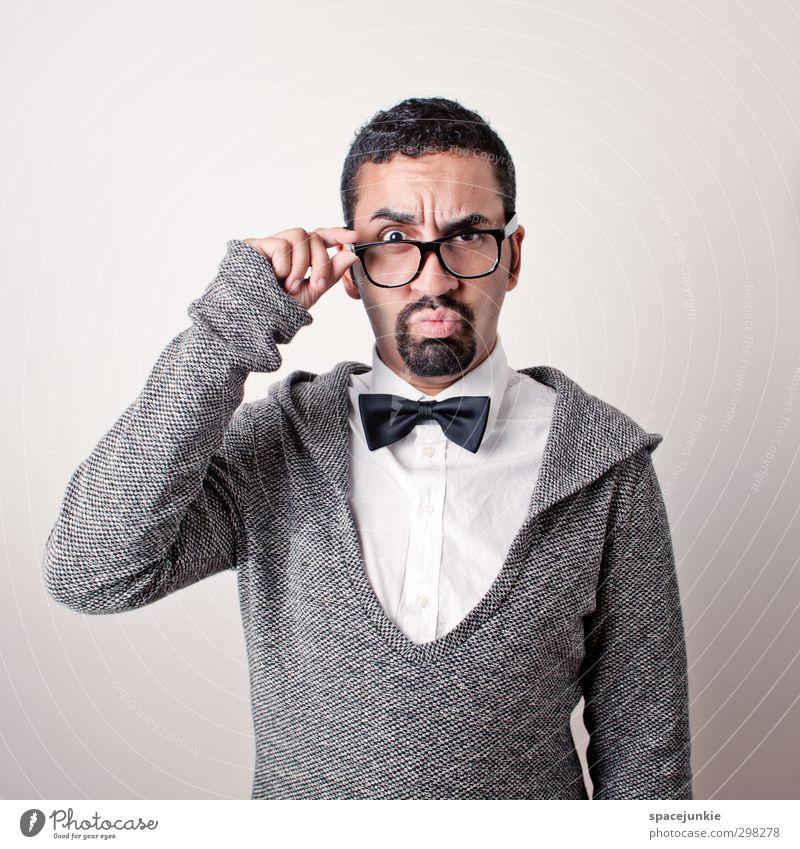 Monsieur Abou Mensch maskulin Junger Mann Jugendliche Erwachsene 1 18-30 Jahre Mode Pullover Fliege schwarzhaarig Bart Vollbart beobachten nerdig grau weiß