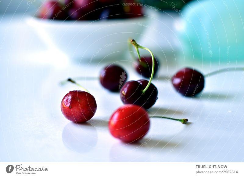 Kirschen auf weissem Tisch Lebensmittel Frucht Ernährung Bioprodukte Vegetarische Ernährung Sommer genießen frisch Gesundheit lecker natürlich saftig süß rot
