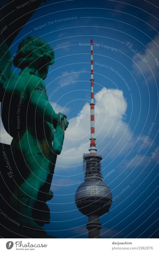 Unter Beobachtung steht der Berliner Fernsehturm von einer Statue. Der Turm mit weißen Wölkchen Stil Freude Ausflug Städtereise Kunstwerk Skulptur Architektur