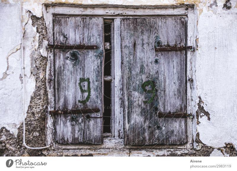 9 | 9 Ruine Altbau Fassade Fenster Fensterladen Holz Ziffern & Zahlen alt dunkel einzigartig kaputt trist grau bescheiden sparsam Senior Kreativität Verfall