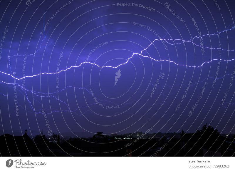 Blitz an blauem Nachthimmel über Stadtsilhouette Umwelt Natur Urelemente Luft Himmel Gewitterwolken Frühling Klima schlechtes Wetter Unwetter Sturm Regen Blitze