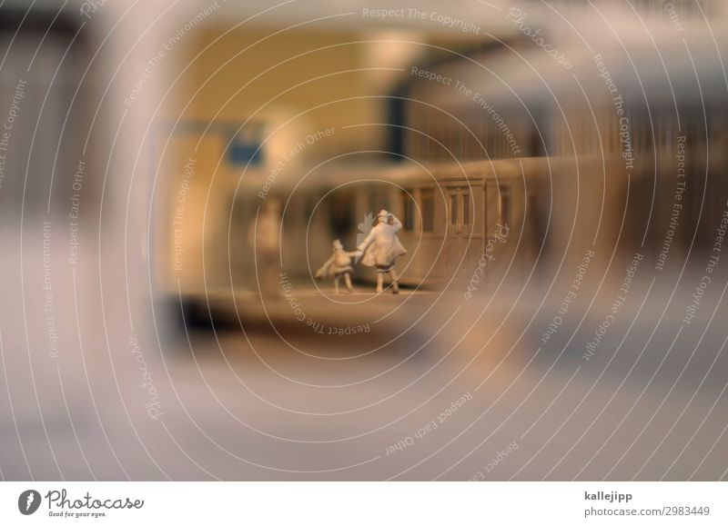 die bahn kommt Mensch Ferien & Urlaub & Reisen Mädchen Straße Erwachsene Zeit Uhr Verkehr Eisenbahn Mutter Eile rennen Kleinkind Gleise Verkehrswege Bahn