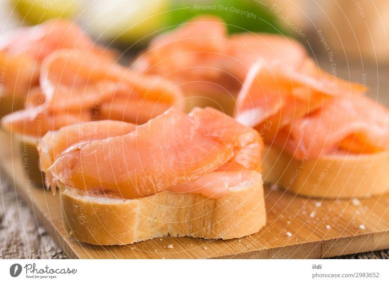 Räucherlachs auf Baguette Meeresfrüchte Brot Frühstück Büffet Brunch Gesundheit Lebensmittel Lachs Fisch geräuchert Scheibe aufgeschnitten Feinschmecker