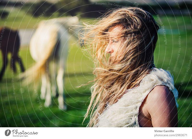 eine blonde Frau an einem windigen Tag. Stil Freude schön Sommer Strand Erwachsene Mode Bikini Sonnenbrille weiß Beautyfotografie Bohemien Boho schick Mädchen