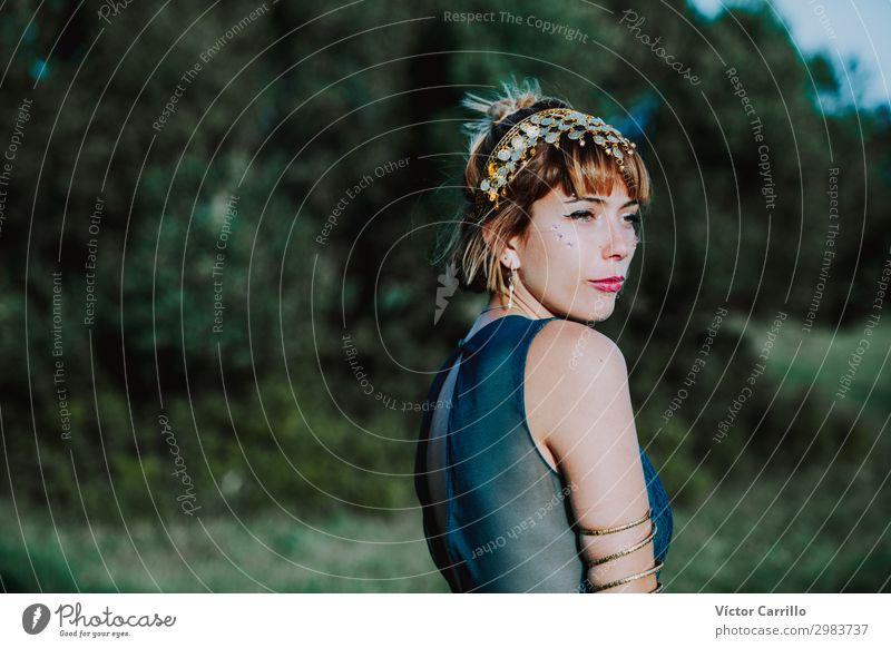 Eine blonde, hübsche, junge Frau im Boho-Stil in einem Fluss im Sommer. Lifestyle kaufen Reichtum elegant Design exotisch Mensch feminin Junge Frau Jugendliche