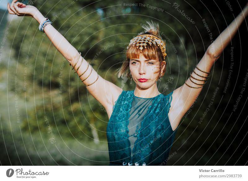 Eine blonde, hübsche, junge Frau im Boho-Stil in einem Fluss im Sommer. Lifestyle elegant Design Mensch feminin Mode Bekleidung Accessoire atmen genießen schön