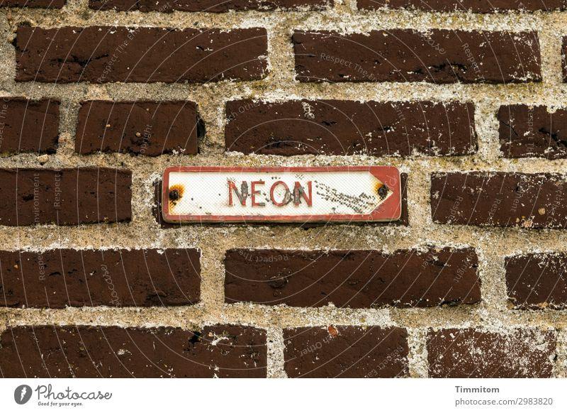 NEON Wirtschaft Mauer Wand Metall Backstein Schriftzeichen Schilder & Markierungen Hinweisschild Warnschild trashig braun rot weiß Gefühle Irritation Gas Neon