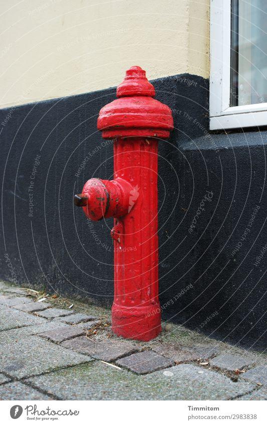 Ein Männlein steht... Ferien & Urlaub & Reisen Dänemark Kleinstadt Mauer Wand Fenster Straße Hydrant Metall warten ästhetisch grau rot schwarz Gefühle