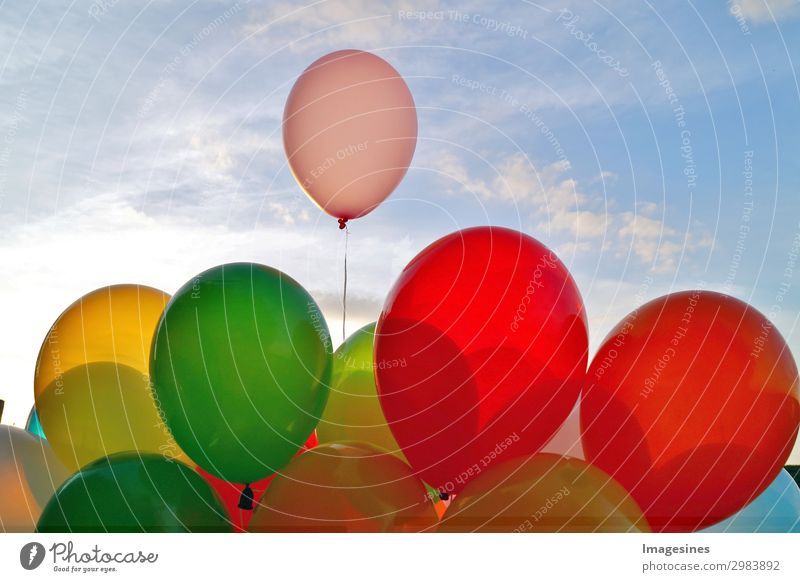 """Mischung aus bunten Luftballons über blauem Himmel. Freude Freizeit & Hobby Feste & Feiern Geburtstag Lebensfreude Liebe """"abstrakt aktivität abenteuer luft"""