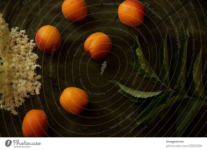 """Draufsicht auf Nektarinen,Blättern und Blüten von Holunder. Lebensmittel Frucht Blatt Kreativität """"lebensmittel obst ernte einladung natur nostalgisch alte"""