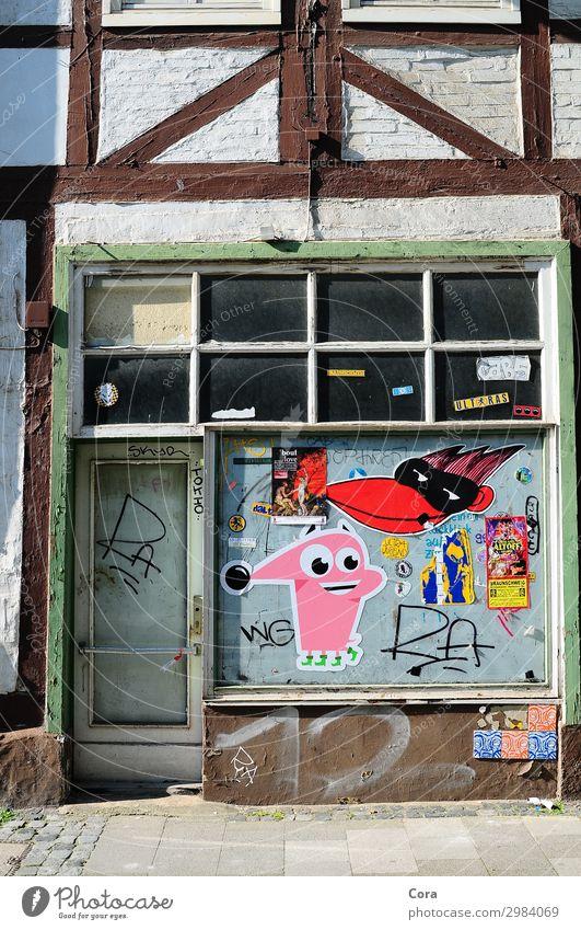 vernachlässigt Häusliches Leben Kleinstadt Altstadt Menschenleer Haus Fachwerk Mauer Wand Fassade Tür Holz Graffiti Traurigkeit Einsamkeit stagnierend