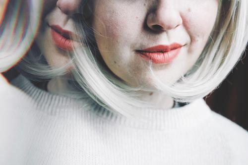 Frau Erwachsene Traurigkeit Gefühle Kunst blond verrückt Zukunft Idee Beautyfotografie Verstand Medikament Spiegel Identität Entwurf zerbrechlich