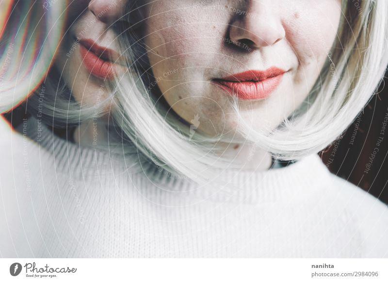 Künstlerisches und konzeptionelles Bild über Persönlichkeitsstörungen Behandlung Medikament Spiegel Frau Erwachsene Kunst blond Traurigkeit verrückt Gefühle