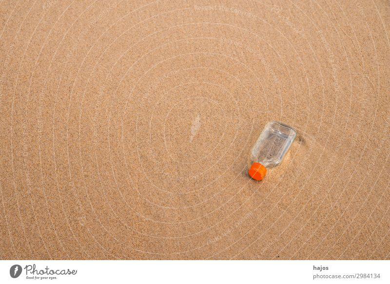 Flachmann, weggeworfen am Strand Getränk Spirituosen Sand trinken Schnapsflasche leer Müll Verschmutzung Abfall Meeresverschmutzung Umweltverschmutzung klein