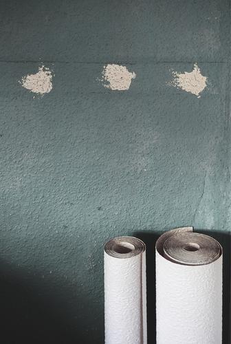 Sieg nach Punkten Mauer Wand Tapete Raufasertapete Rolle stehen warten gerollt 2 3 Fleck Putz grau-blau blau-grau weiß Verschiedenheit Farbfoto Gedeckte Farben