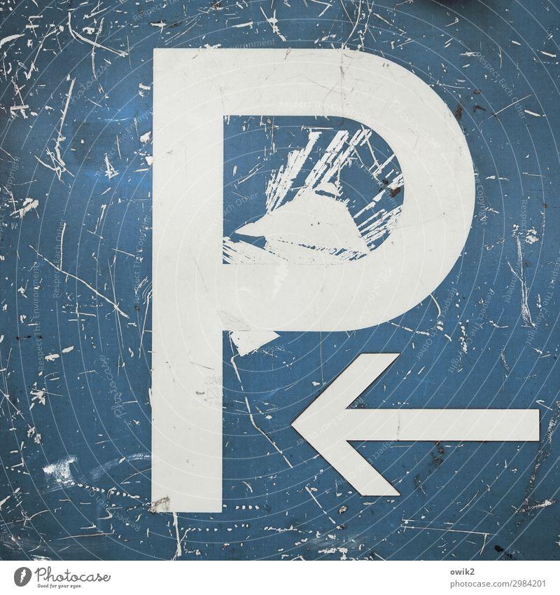 Zugeparkt Metall Zeichen Schriftzeichen Verkehrszeichen Pfeil alt trashig verrückt blau weiß Verfall Vergänglichkeit Zerstörung abblättern Riss Spuren verfallen