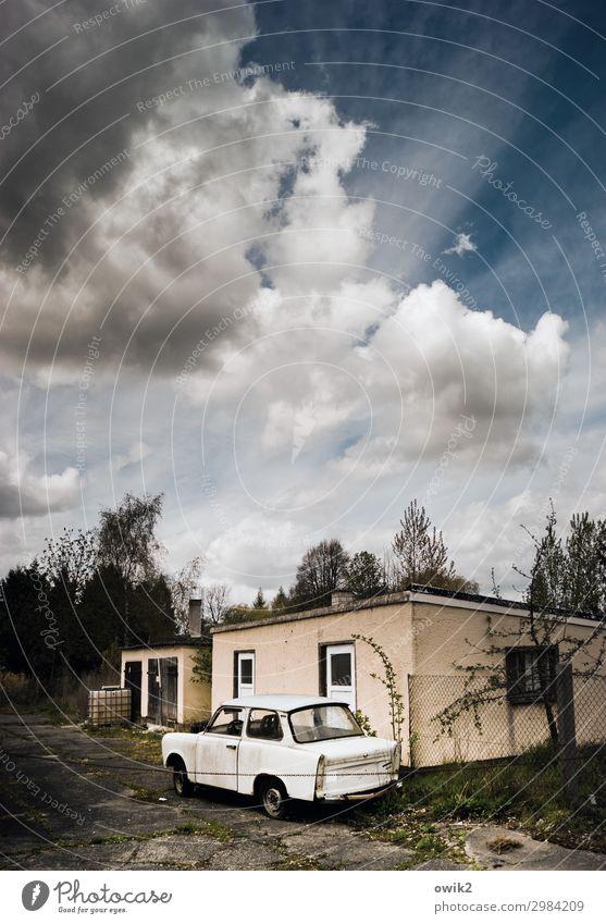 Trabi Go Himmel Wolken Schönes Wetter Baum Sträucher Dorf Gebäude Fenster PKW Trabbi Beton Kunststoff stehen warten alt stagnierend Traurigkeit Verfall