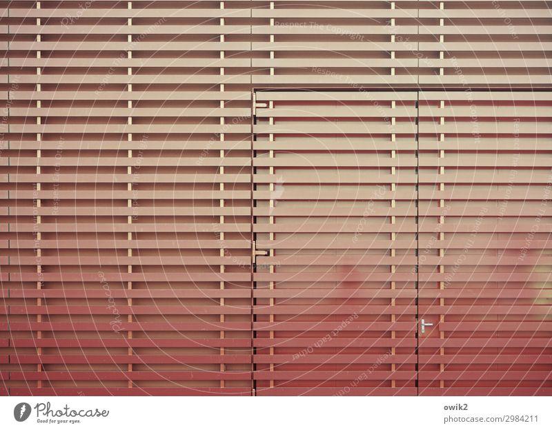 Zwei Farben Rot Tor Tür Metall Kunststoff einfach glänzend orange rot Griff streng akkurat Präzision parallel Holzleiste Farbfoto Außenaufnahme Detailaufnahme