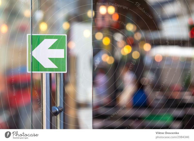 Glastür mit Pfeil in einem Restaurant Kaffee kaufen Design Ferien & Urlaub & Reisen Tourismus Business Technik & Technologie Mensch Frau Erwachsene Mann Kunst