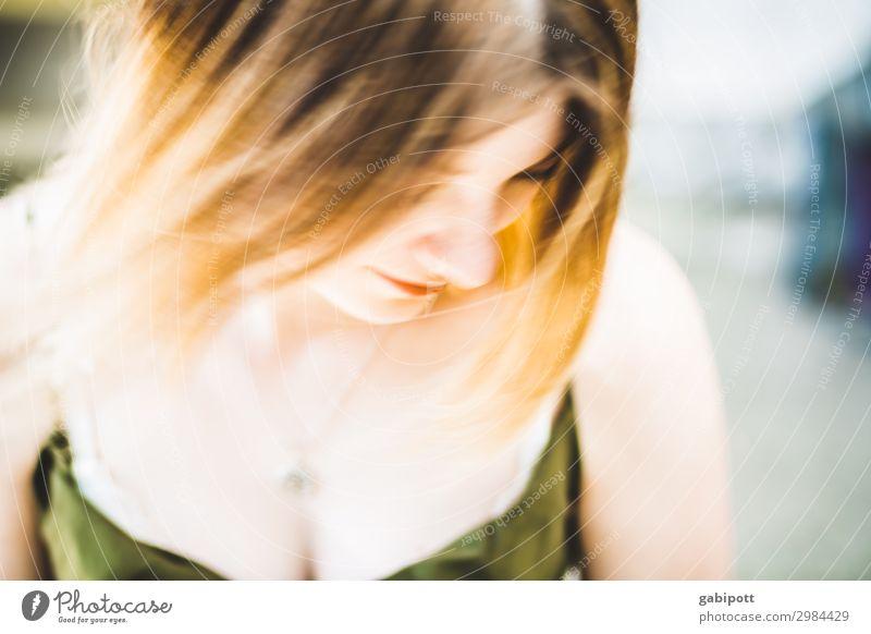 Unscharf Mensch Jugendliche Junge Frau Sommer schön Leben feminin Haare & Frisuren blond Fröhlichkeit Lebensfreude Wind brünett Sinnesorgane