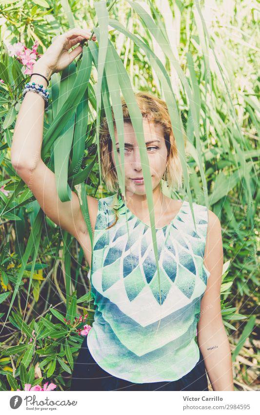 Frau Mensch Natur Jugendliche Junge Frau Pflanze schön grün Erotik 18-30 Jahre Lifestyle Erwachsene Umwelt feminin Stil Mode