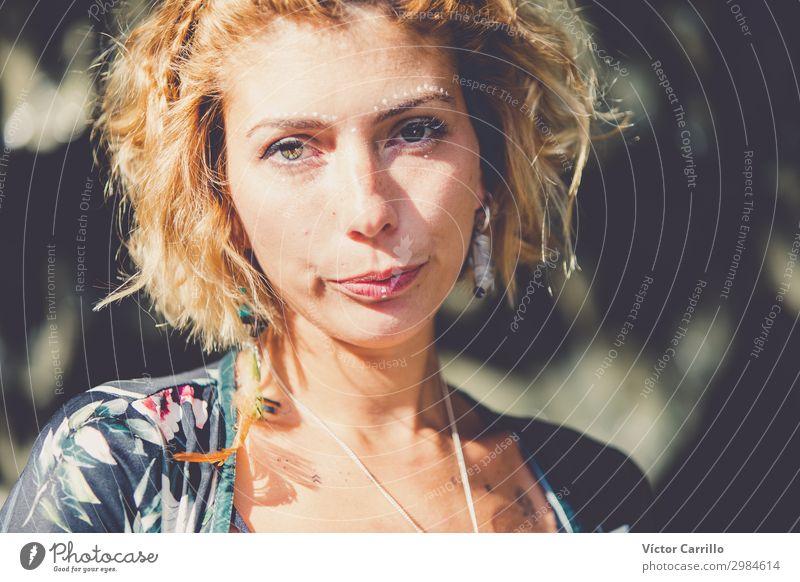 Eine blonde, hübsche, junge Frau im Boho-Stil in einem Fluss im Sommer. Lifestyle elegant Design schön Mensch feminin Junge Frau Jugendliche Erwachsene 1