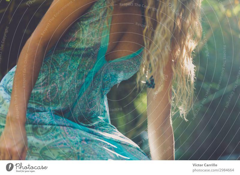 Eine blonde, hübsche, junge Frau im Boho-Stil in einem Fluss im Sommer. Lifestyle elegant Design exotisch Freude Mensch feminin Junge Frau Jugendliche