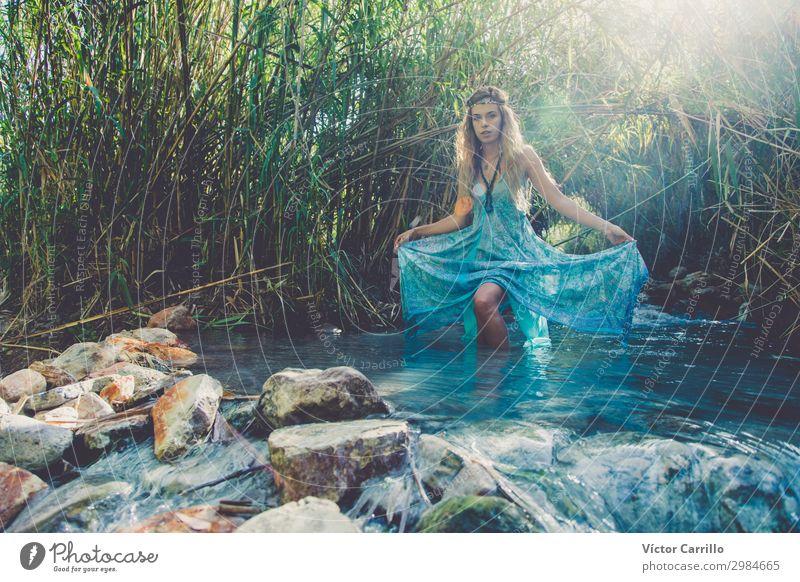 Eine blonde, hübsche, junge Frau im Boho-Stil in einem Fluss im Sommer. Lifestyle elegant Design exotisch feminin Junge Frau Jugendliche Erwachsene 1 Mensch
