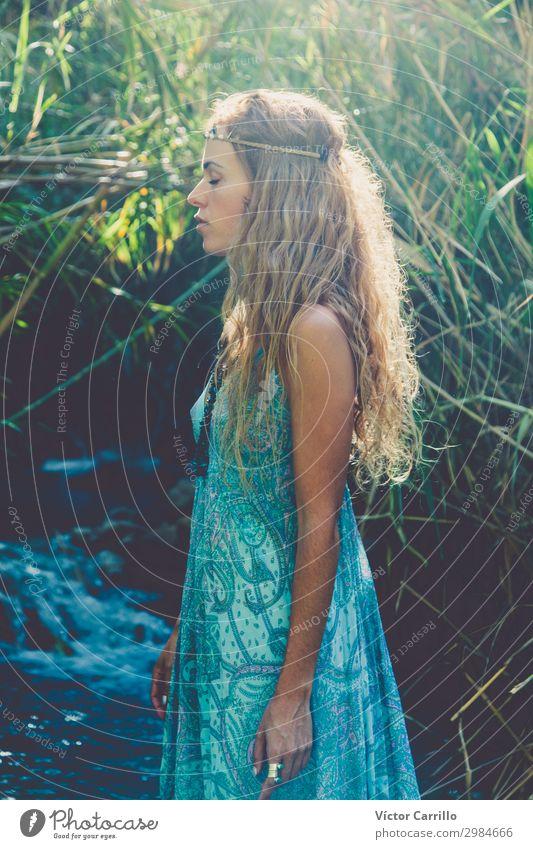 Eine blonde, hübsche, junge Frau im Boho-Stil in einem Fluss im Sommer. Lifestyle elegant Design exotisch Mensch Junge Frau Jugendliche Erwachsene 1 18-30 Jahre