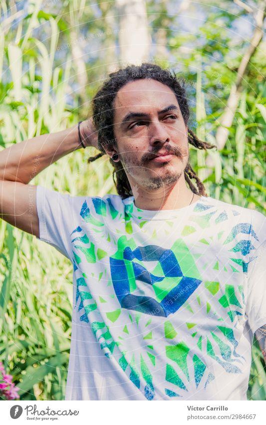 Boho Man mit tropischer Vegetation Hintergrund Lifestyle exotisch Mensch maskulin Junger Mann Jugendliche Erwachsene 1 18-30 Jahre Umwelt Landschaft Pflanze