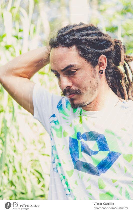 Boho Man mit tropischer Vegetation Hintergrund Lifestyle Stil Design exotisch Mensch maskulin Junger Mann Jugendliche 1 18-30 Jahre Erwachsene Umwelt Landschaft