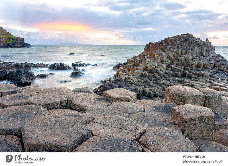 Sonnenuntergang am Giant s Causeway Ferien & Urlaub & Reisen Tourismus Meer Natur Landschaft Wolken Felsen Küste Stein Abenteuer Belfast Erbe Iren Antrimmung