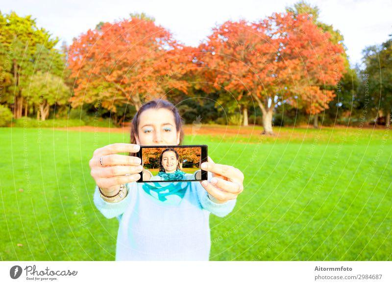 Frau, die Selfie nimmt Lifestyle Glück schön Ferien & Urlaub & Reisen Telefon PDA Fotokamera Internet Mensch Erwachsene Natur Herbst Park Mode Lächeln